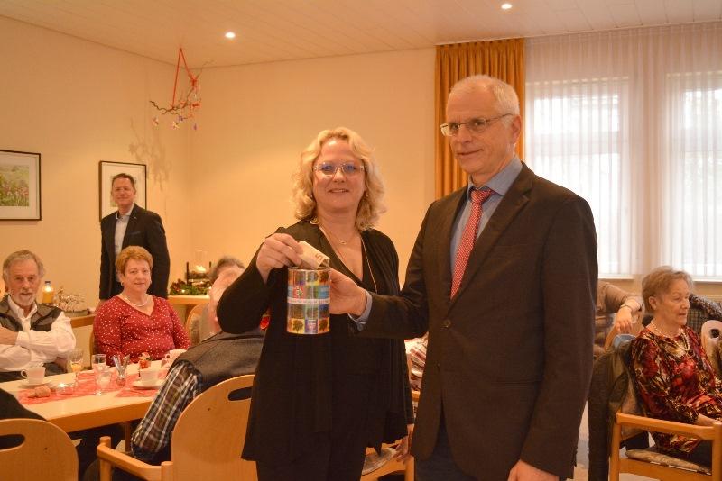 Die Leiterin der Seniorenwohnanlage, Anja Gensler-Beck, überreicht Bürgermeister Gerald Frank die Spendenbüchse. Foto: GM/Meike Mittmeyer-Riehl