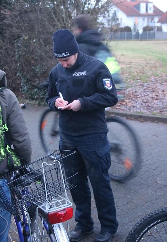 Ordnungspolizistin Melanie Oesterling hat Mängelkarten ausgestellt, wenn die Beleuchtung der Räder defekt oder gar nicht vorhanden war. Foto: GM/Meike Mittmeyer-Riehl