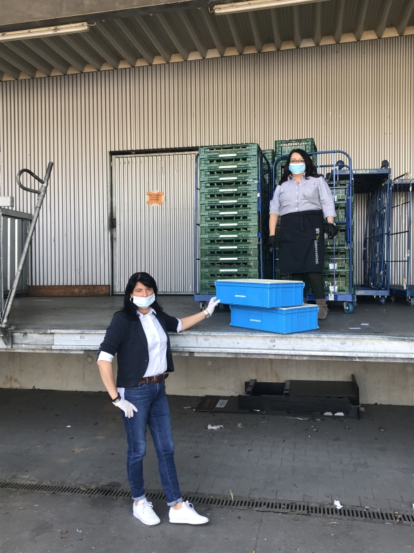 Daniela Raponi (links) übergibt Maria Albani von Edeka Kampmann gut verpackt eine Eisspende für die Mitarbeiter/innen. Foto: GM/Meike Mittmeyer-Riehl