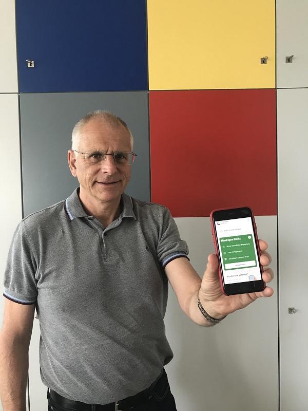 Bürgermeister Gerald Frank hat die Corona-Warn-App auch schon installiert. Foto: GM/Meike Mittmeyer-Riehl