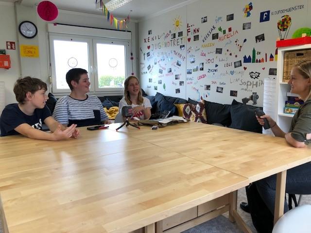 Felicitas Rosenberger, Jonas Knapp und Giuliano Scibetta im Interview mit Radiomoderatorin Laura Neubürger. Foto: GM/Tamara Wolf