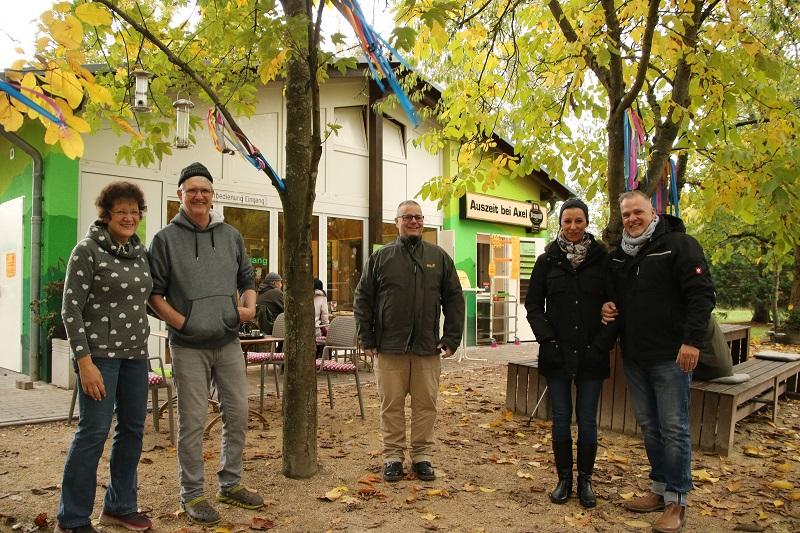Andrea Locke und Axel Rüb (links) gehen in den Ruhestand, im Dezember übernehmen dann Hakima El-Makhtari und Jürgen Sauerwein den Betrieb der Gaststätte im Münsterer Freizeitzentrum. Darüber freut sich auch Münsters Bürgermeister Joachim Schledt (Mitte). Foto: GM/Meike Mittmeyer-Riehl