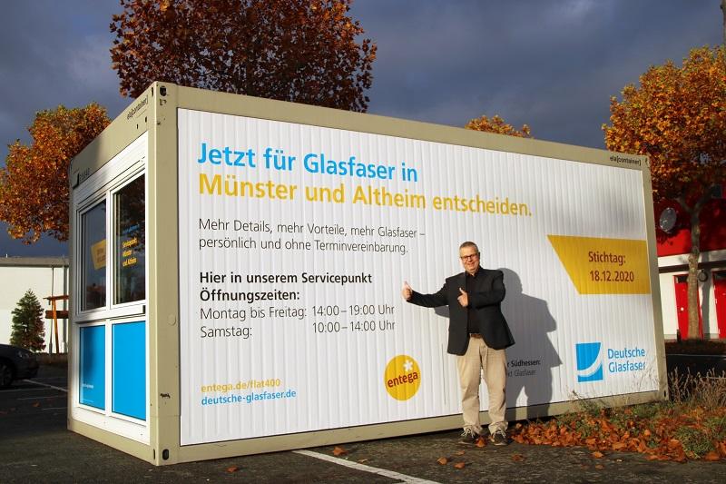 Bürgermeister Joachim Schledt vor dem Info-Point der Deutschen Glasfaser auf dem Abtenauer Platz in Münster. Foto: Meike Mittmeyer-Riehl