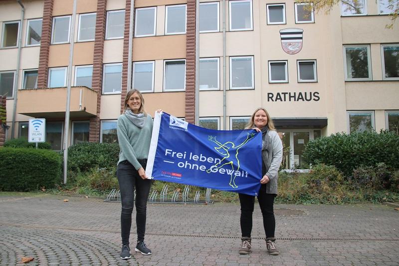 """Tamara Wolf (links) und Kristina Löbig vom """"Büro für Chancengleichheit"""" der externen Gleichstellungsbeauftragen bei der Gemeinde Münster werden am 25. November auf dem Rathausplatz eine Fahne mit der Aufschrift """"Frei leben – ohne Gewalt"""" hissen. Foto: Meike Mittmeyer-Riehl"""