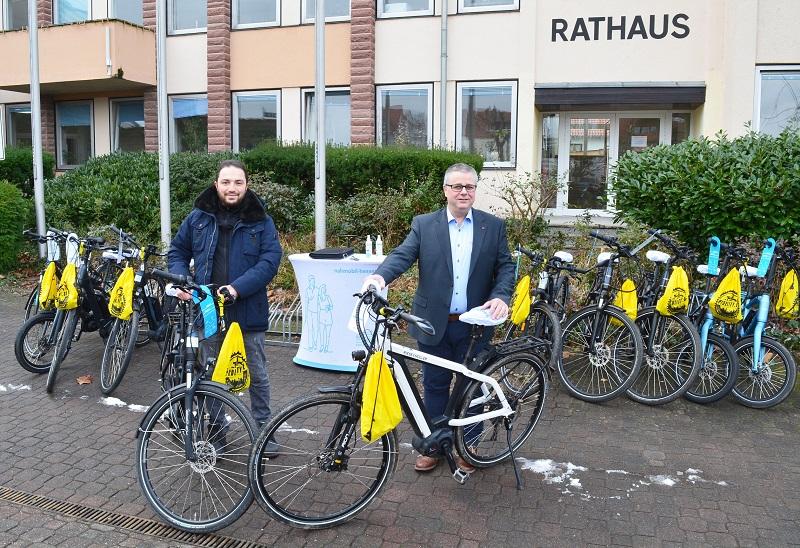 Ugur Sezer von der Firma Goyago GmbH (links) bei der Übergabe der 10 Leih-E-Fahrräder an Münsters Bürgermeister Joachim Schledt. Foto: Lena Brunn