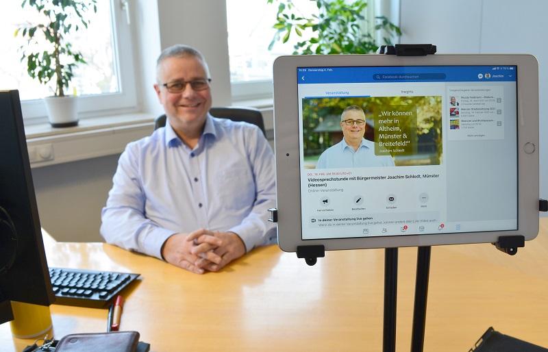 Bürgermeister Joachim Schledt lädt zur Online-Bürgermeistersprechstunde auf seiner Facebook-Seite ein. Foto: GM/Lena Brunn