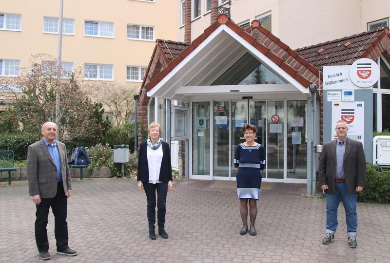 Ordnungsamtsleiter Klaus Dony, Angelika Büchsel vom Einwohnermeldeamt und Rita Haus von der Gemeindekasse (v.l.) werden von Bürgermeister Joachim Schledt in den Ruhestand bzw. die Altersteilzeit verabschiedet. Foto: GM/Meike Mittmeyer-Riehl