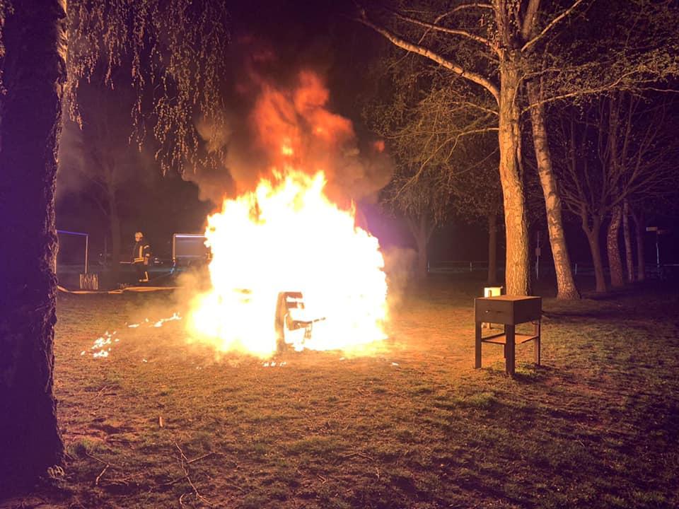 Am Freizeitzentrum in Altheim gab es in der Nacht des 22. April ein Feuer. Foto: Feuerwehr