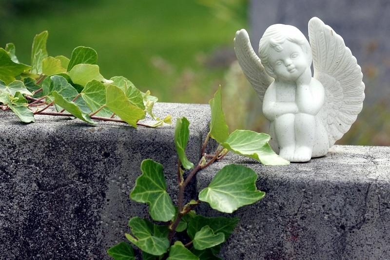 Figuren, Blumen und Kerzen werden in letzter Zeit gehäuft vom Münsterer Friedhof gestohlen. Symbolfoto: Erich Röthlisberger/Pixabay