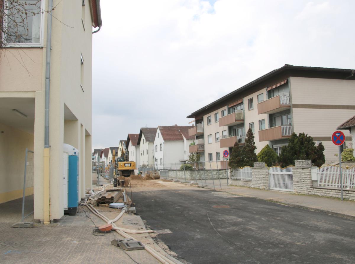 Die Mozartstraße wird derzeit umfassend saniert, im Moment steht der Kanal im Fokus. Später soll auch die Fahrbahn selbst grundlegend erneuert werden. Foto: GM/Meike Mittmeyer-Riehl