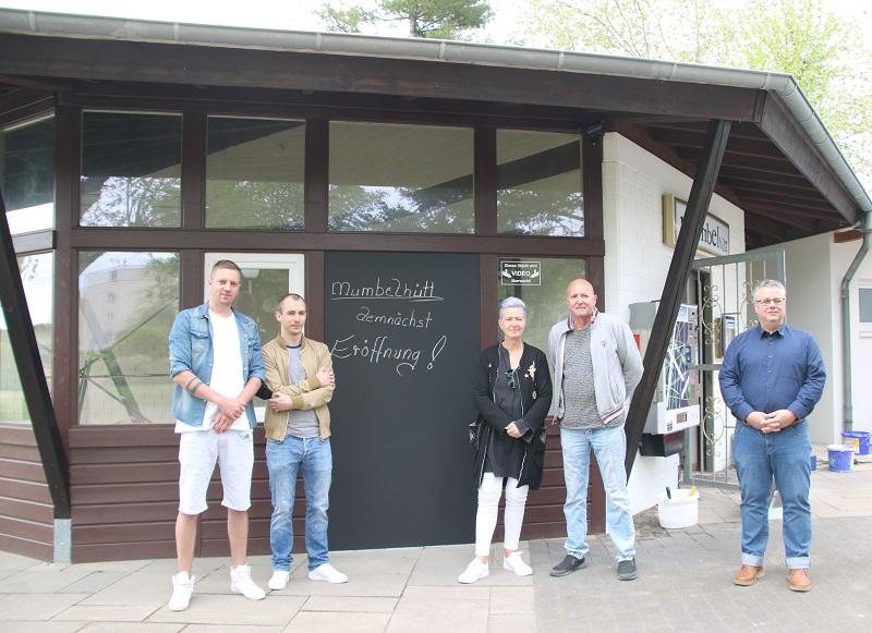 """Geballte Patchwork-Familienpower: Patrick Löbig, Patrick Murmann sowie Silvia und Peter Löbig (von links) eröffnen bald ihre """"Mumbelhütt"""" im Bürgerpark. Darüber freut sich auch Bürgermeister Joachim Schledt (rechts). Foto: GM/Meike Mittmeyer-Riehl"""