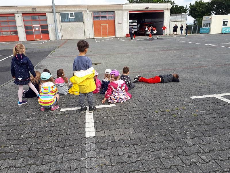 """Die Kinder der """"Kinderinsel"""" bei der Brandschutzübung auf dem Abtenauer Platz. Bericht und Foto: Team der """"Kinderinsel"""""""