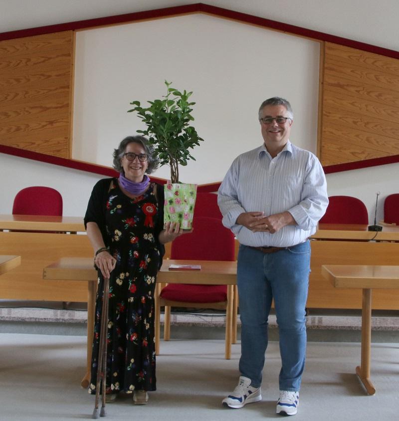 Bürgermeister Joachim Schledt ehrt Tatjana Maier für 40 Jahre Treue in der Gemeindeverwaltung. Foto: Meike Mittmeyer-Riehl