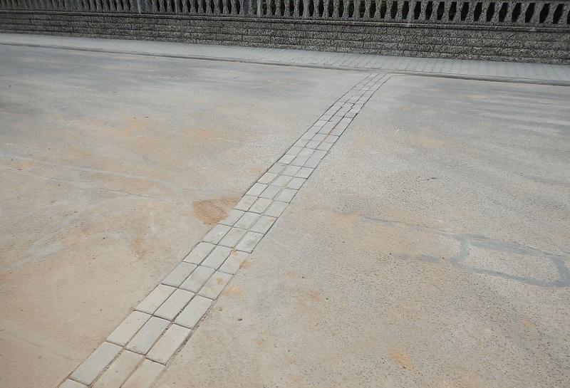 Nur ein vorübergehender Anblick: Provisorisch geschlossene Straßenquerungen für die Glasfaser-Verlegung werden später gesammelt asphaltiert. Foto: Bauhof