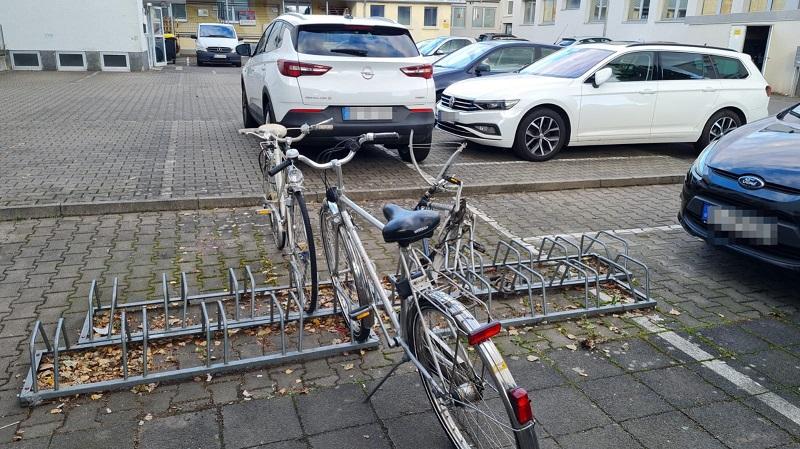 Komplett voll war der Fahrradständer vor der Flüchtlingsunterkunft noch vor dem Diebstahl. Nur die Räder der Bewohner*innen, die zum Zeitpunkt des Diebstahls nicht anwesend waren, sind jetzt noch da. Foto: GM/David Gauf
