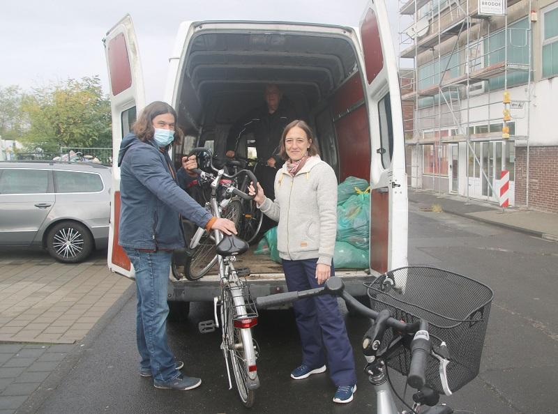 David Gauf von der Flüchtlingsbetreuung der Gemeinde Münster (links) nimmt die gespendeten Fahrräder von Kurt Neal (Mitte) und Melanie Kollbacher vom Verein Herzenssache Odenwald e.V. in Empfang. Foto: GM/Meike Mittmeyer-Riehl